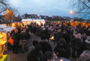 Der traditionelle Neuweiler Adventsmarkt zieht auch dieses Jahr bei bestem Winterwetter zahlreiche Besucher/innen an.